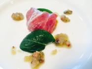 こぼれ梅につけた柏産の卵黄の生ハム巻。新タマネギとパンチェッタのソース